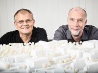 Andreas Thiel und Roland Lauster präsentieren das Architekturmodell des neuen Forschungsbaus Si-M. ©TU/Philipp Arnoldt